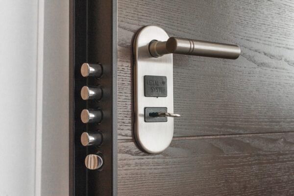 Anlita en hantverkare för att fixa din dörr